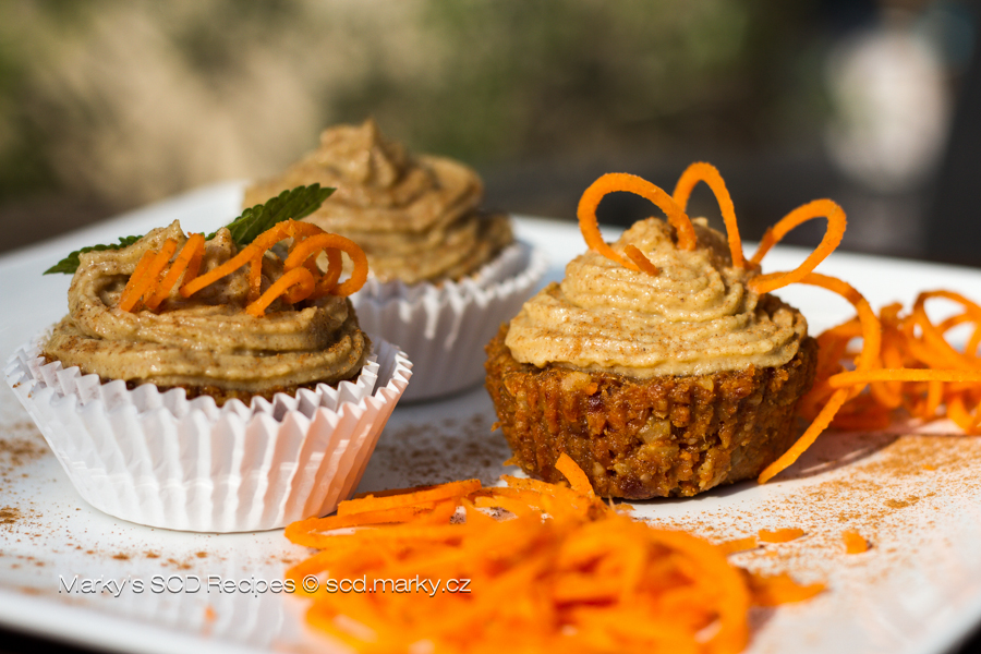 Carrot cakes with orange cream and vanilla